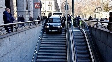 Torino, imbocca in auto le scale d'accesso al metrò di Porta Nuova -   Foto   -   Video