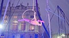 Acrobazie e stupore in piazza Castello trasformata in circo