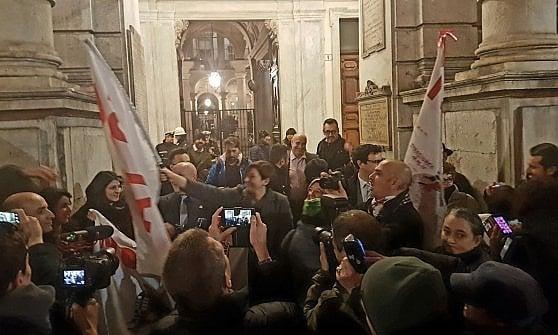 Torino fuori dall'Osservatorio Tav, la solidarietà del M5S ai condannati scatena la bagarre in Sala Rossa