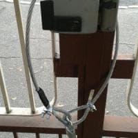 Torino, blitz con lucchetti per bloccare l'ingresso alla Circoscrizione