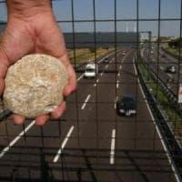 Sassi da un cavalcavia a Carmagnola, parabrezza rotto ma automobilista salvo