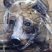 Dalle discariche all'arte, pneumatici e vecchi divani per i giganteschi animali di Bordalo