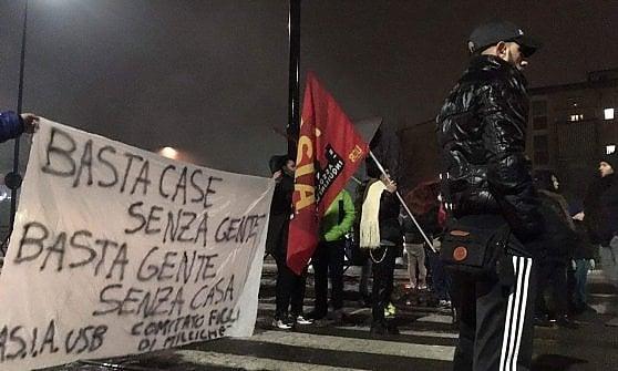 Torino, la protesta per l'emergenza casa blocca i tram alla Falchera