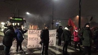 Torino, la protesta per l'emergenza casa  blocca per ore i tram alla Falchera    video