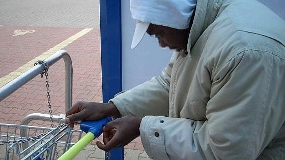 Biella, profugo trova portafoglio pieno di soldi e lo restituisce: tornava dalla giornata di elemosine