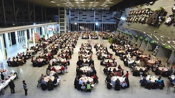 """Torino, anche la sindaca Appendino tra i """"camerieri speciali"""" che serviranno cena a mille persone in difficoltà"""