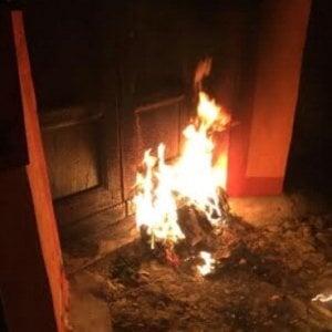 """""""Amico dei migranti"""", nel Vercellese bruciano la porta al presidente dell'Anpi"""