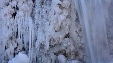 L'acqua dei torrenti modella fantastiche sculture di ghiaccio