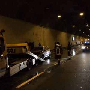 Brucia un auto in galleria a Quassolo, tutti illesi i passeggeri: c'erano anche due bimbe