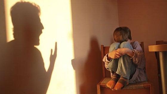 """Torino, al collo il cartello """"sono un bimbo sporco"""": il pm chiede 4 anni per i genitori adottivi"""