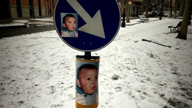 Misteriose foto di un bimbo affisse  nelle vie del quartiere Vanchiglia  ft