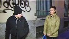 Dybala e Iturbe distribuiscono coperte ai senzatetto
