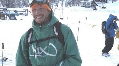 Cade in un dirupo con lo snowboard  e muore durante    una discesa sulle Alpi