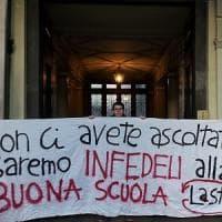 Gli studenti davanti all'Ufficio scolastico contro la neo ministro Fedeli