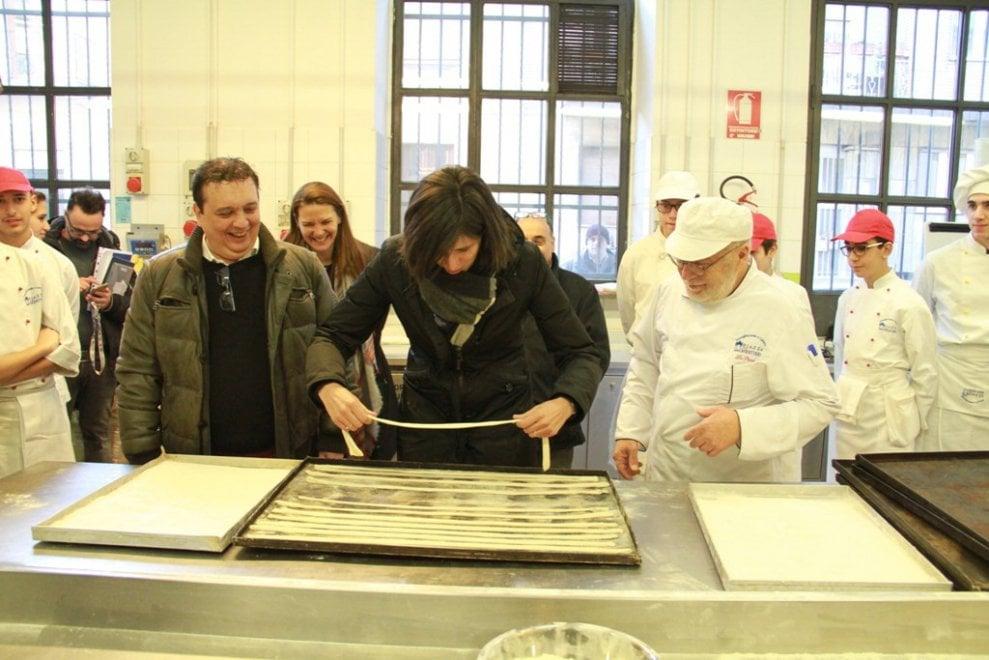 """Torino, la sindaca Appendino """"panettiera"""" per una mattina fa i grissini alla Piazza dei Mestieri"""