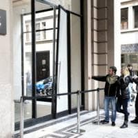 Torino, auto come un ariete nell'Apple Store in via Roma: bottino dodici iPhone 7