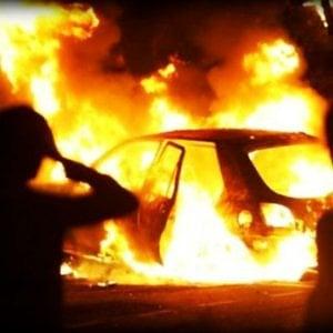 """Ancora un'auto bruciata a Borgo Vittoria. E parte la petizione nel quartiere: """"Il Comune metta le telecamere"""""""