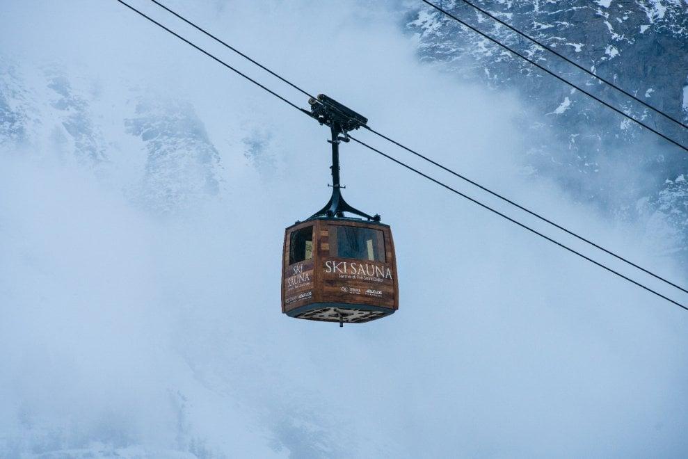 Val d'Aosta, la sauna appesa a un filo a duemila metri di quota