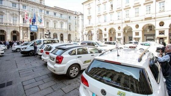 Taxi in rivolta, sit-in e blocchi contro il rinvio delle norme anti-Uber