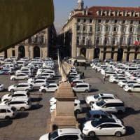 Torino, i tassisti invadono piazza Castello contro la sanatoria per Uber