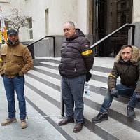 Sorveglianti licenziati si incatenano davanti alla Reale Mutua a Torino: