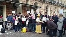 """""""Anche noi italiani"""": l'inno di Mameli degli immigrati davanti alla Prefettura"""