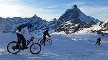 A Cervinia 250  snow bikers sul ghiacciaio in bicicletta