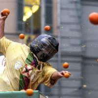In migliaia a Ivrea per lo spettacolo della battaglia delle arance
