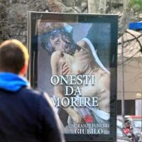 Torino, Beppe Grillo in posa da Cristo morente sul manifesto beffa