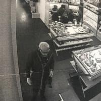 Torino, la telecamera tradisce l'avvocato cleptomane con la passione per le borse di lusso