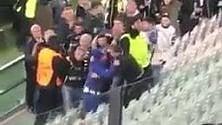 Tifoso del Porto scavalca e regala la sua sciarpa allo juventino   Video