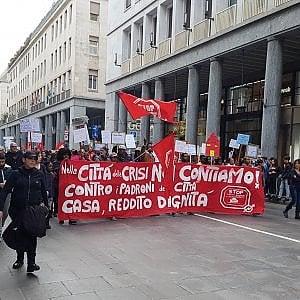 """Torino, manifestazione contro gli sfratti, imbrattato l'Info Point: """"Con Appendino non è cambiato niente"""""""