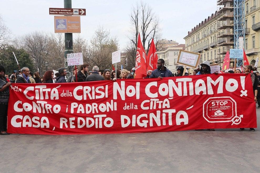 Il corteo antisfratti nel centro di Torino