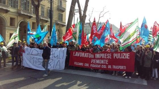 """Torino, lavoratori delle pulizie in corteo: """"L'ospedale ci taglia l'orario"""""""