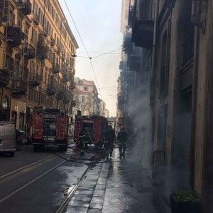 Torino, incendio in via Vanchiglia: fumo, traffico deviato, una donna intossicata