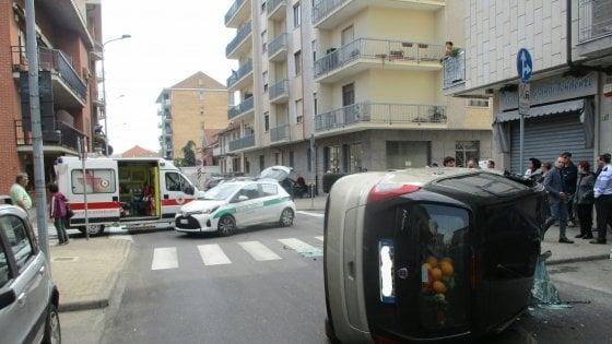 Nichelino, paurosa carambola di una vettura urtata da un camion: ferite due sorelle