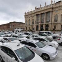 Sciopero taxi, 300 auto bianche occupano piazza Castello a Torino: 'No alla svendita alle...