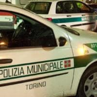 Torino: tenta di rapinare una donna prendendola per il collo, bloccato dai