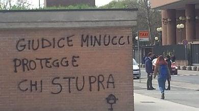 """Torino, """"Il giudice protegge chi stupra"""", scritte a Palazzo di giustizia"""
