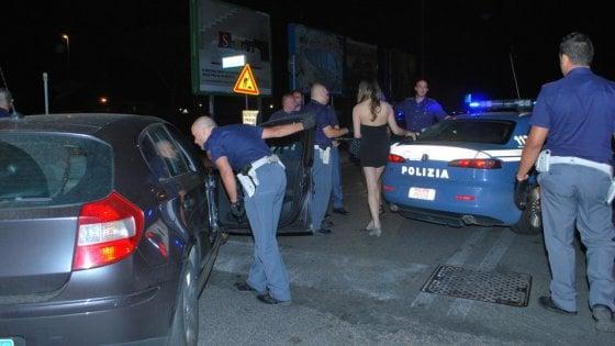 """Torino, quattordicenne """"assunta"""" come baby sitter finisce a fare la prostituta: sei arrestati"""