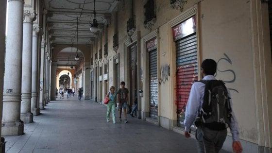 Torino, ricettatore a 76 anni: vendeva nel chiosco i cosmetici appena rubati in farmacia