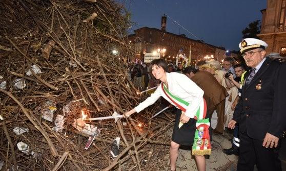 Tagli e stangate, tra Torino e la sindaca finisce la luna di miele. Critico anche l'arcivescovo Nosiglia