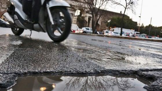 """Torino, cade dalla moto per una buca. ll pm vuole archiviare: """"Se piove lo scooter si lascia a casa"""""""
