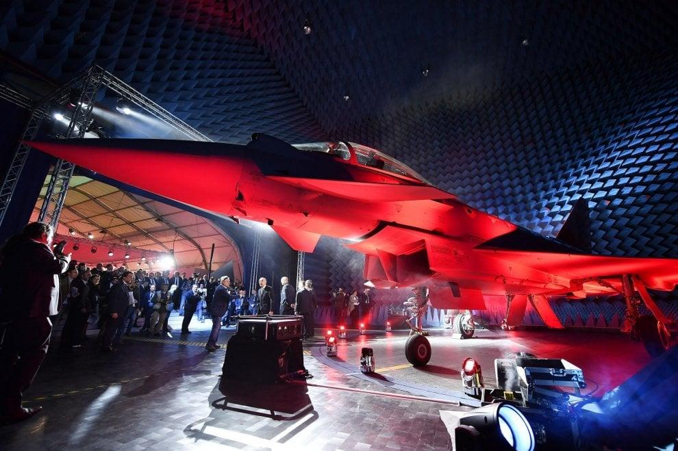 Uno show di luci e un volo di prova per l'Eurofighter numero 500