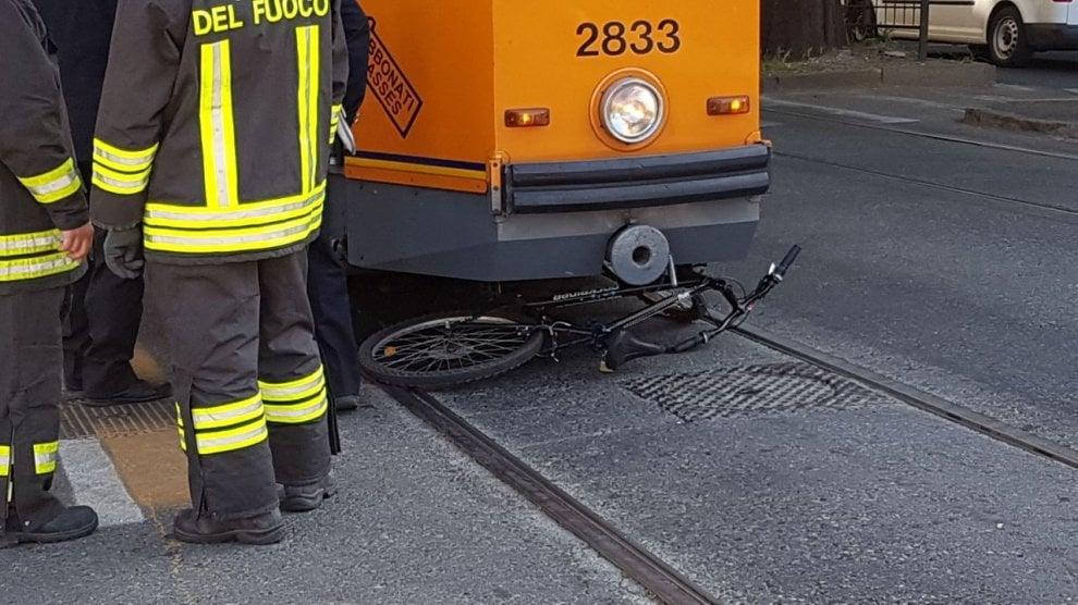 Torino, velocipede investito dal tram: bici distrutta, prete-ciclista grave al Cto