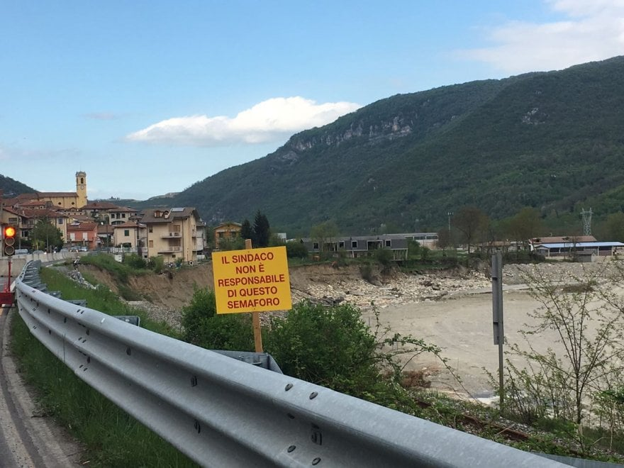 """Lunghe code per colpa del semaforo, cartello del sindaco: """"Non è colpa mia"""""""