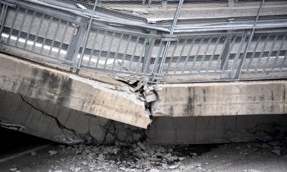 Crolla il ponte della tangenziale di Fossano, schiacciata un'auto dei carabinieri