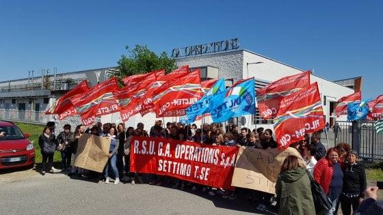 Esuberi alla Armani, scoppia la protesta a Settimo: lavoratrici dell'alta moda in sciopero fino a sabato