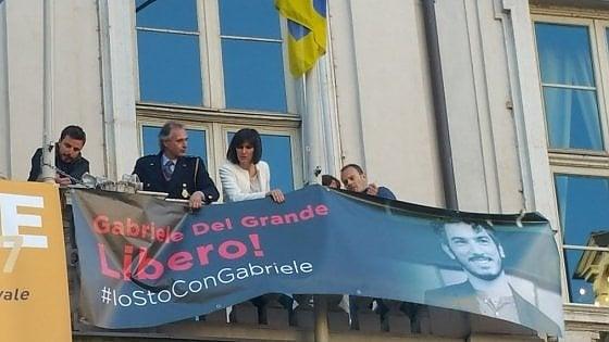 """Torino, """"io sto con Gabriele"""": la sindaca Appendino espone sul Comune lo striscione per Del Grande"""