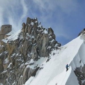 Alpinista italiana investita da un colata di neve precipita e muore sul monte Bianco